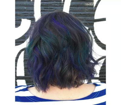 pelo con efecto iridiscente, diferentes tonalidades de color en una cabeza