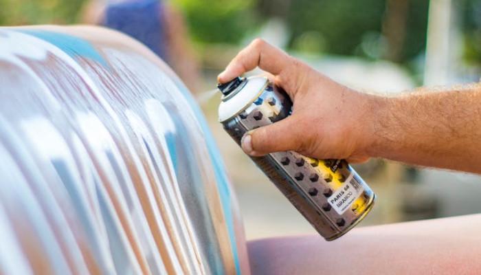 El uso de la pintura en spray con efecto brillo, fluorescentes, con efecto mate. Esmaltes en aerosol platinados para decorar, hacer manualidades en telas,muebles de madera, vidrio o carton